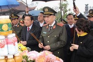 Dâng hương tưởng niệm đồng chí Trần Quốc Hoàn
