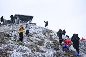 Du khách đổ xô đến Mẫu Sơn ngắm băng tuyết