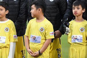 BTC Siêu cúp Quốc gia nhận lỗi vì để trẻ nhỏ mặc áo cộc tay