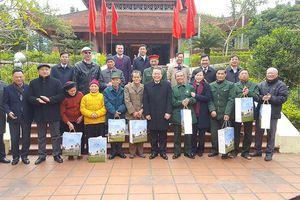 Dâng hương tưởng niệm Bác Hồ và tặng quà gia đình chính sách