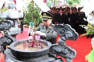 Đoàn đại biểu Bộ Công an dâng hương tưởng niệm đồng chí Trần Quốc Hoàn