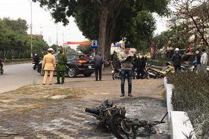 Bị CSGT xử phạt, người đàn ông châm lửa đốt xe