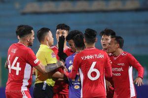 Vì sao cầu thủ Hà Nội để bóng chạm tay nhưng không bị thổi phạt đền?