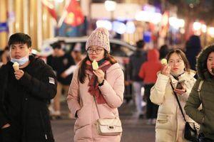 Giới trẻ thích thú ăn kem trong cái lạnh dưới 10 độ C của Hà Nội