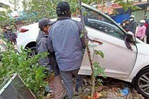 Ôtô con mất lái lao vào khu chợ làm nhiều người bị thương