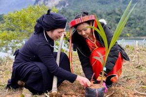 Hoa khôi Du lịch Việt Nam góp sức phủ xanh đất trống tại Tuyên Quang