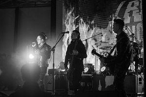 Rock band hội ngộ fan, 'đốt cháy' Hà Nội giữa trời băng giá