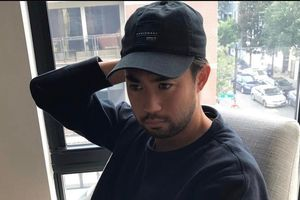 Lee Nguyễn xem hai trận cùng lúc khi cách ly ở khách sạn