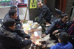 Hà Tĩnh rét căm căm, người dân đốt củi sưởi ấm trên phố