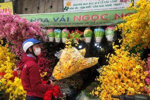 Cuối tuần, người Sài Gòn thảnh thơi mua đồ trang trí tết