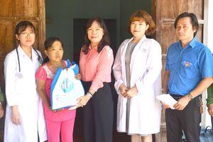 Khám bệnh, phát thuốc miễn phí và tặng quà cho hộ nghèo