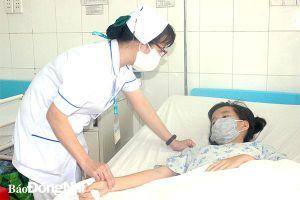 Nữ điều dưỡng tận tâm với bệnh nhân