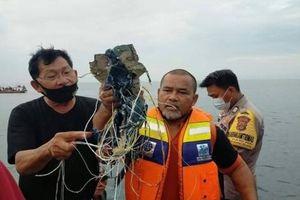 Tìm thấy nhiều phần thi thể và mảnh vỡ nghi của máy bay Indonesia