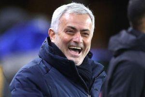 HLV Mourinho mua vé số ủng hộ đối thủ hạng 8