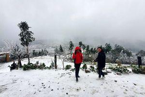 Cận cảnh tuyết rơi dày đặc tại xã vùng cao Y Tý ở Lào Cai