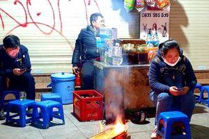 Hà Nội: Người lao động đốt lửa mưu sinh trong giá rét