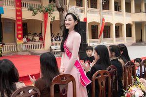 Hình ảnh đẹp của Đỗ Thị Hà và các Hoa hậu Việt Nam khi về thăm trường cũ