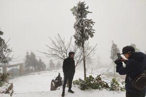 Tuyết phủ trắng núi rừng thu hút du khách kéo về Tây Bắc