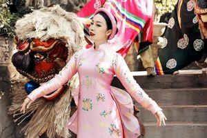 NTK La Sen Vũ đem họa tiết trâu vàng lên áo dài trong BST 'Kim Sắc Niên Hoa',