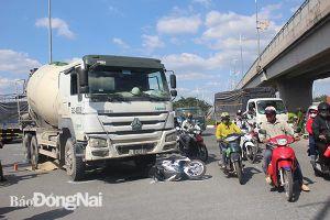 Va chạm giữa xe bồn và xe máy, một người tử vong