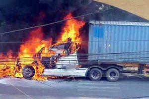 Đang lưu thông, đầu xe container bất ngờ bốc cháy dữ dội