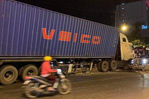 Xe container cày nát hơn 20 m dải phân cách ở Thủ Đức
