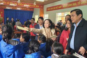 Hàng trăm phần quà đến với người dân vùng sạt lở Trà Leng