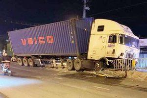 Tài xế ngủ gật, xe container tông nát 20 m dải phân cách