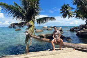 Cây dừa nằm hút khách check-in ở Hòn Sơn