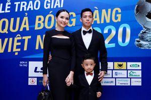 Văn Quyết rạng rỡ cùng vợ con dự gala Quả bóng Vàng 2020
