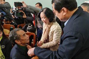 Trưởng Ban Dân vận Trung ương thăm, tặng quà nhân dân Trà Leng