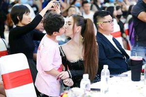 Gia đình bé trai lên tiếng về bức ảnh Ngọc Trinh 'khóa môi' gây tranh cãi