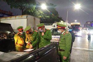 Hà Nội: Ghi hình xử lý ô tô khách vào phố 'lập bến' lúc rạng sáng
