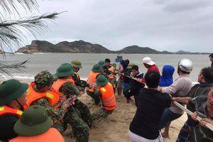 Giúp dân trục vớt thuyền đánh cá bị chìm