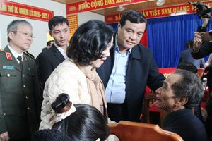 Đoàn công tác Trung ương thăm hỏi, tặng quà bà con xã Trà Leng