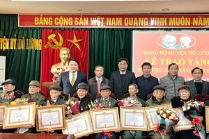 Trưởng Ban Nội chính Tỉnh ủy trao tặng Huy hiệu đảng tại Đô Lương