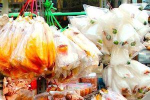 Mối nguy hại của bánh tráng trộn bán tràn lan ngoài cổng trường
