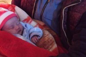 Bé sơ sinh bị bỏ bên quốc lộ giữa đêm giá rét cùng lá thư của người mẹ