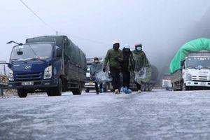 Kẹt xe trên quốc lộ 4D vì băng tuyết, Lào Cai và Sơn La vẫn tiếp tục cấm xe