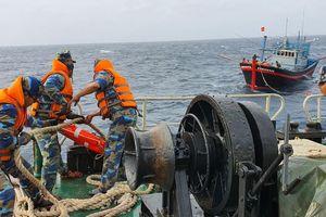 Tàu Trường Sa 18 hỗ trợ tàu cá ngư dân Khánh Hòa gặp sự cố trên biển