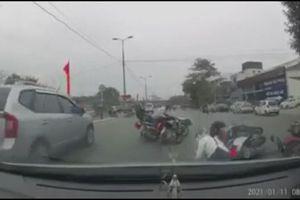 Không va chạm nhau, nhiều xe máy bỗng nhiên ngã nhào giữa phố Hà Nội