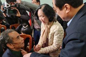 Trưởng ban Dân vận Trung ương Trương Thị Mai thăm và tặng quà người dân Trà Leng