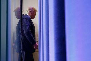Sáu giờ 'ngồi yên xem bạo loạn' của ông Trump