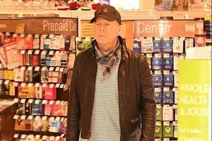 Bruce Willis bị yêu cầu rời khỏi cửa hàng vì không đeo khẩu trang