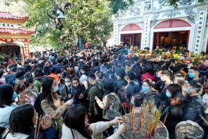 Hàng nghìn người chen chân đi lễ phủ Tây Hồ