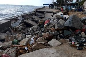 Đê biển Đông Hải tan hoang vì sóng lớn, triều cường