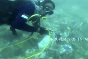 Tìm thấy hộp đen máy bay Indonesia bị rơi xuống biển