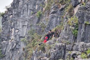 Rơi từ mỏm đá tử thần: Vực sâu trăm mét, thoát chết nhờ bám được cành cây