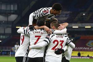 Bàn thắng của Drogba đưa MU lên đầu bảng Ngoại hạng Anh