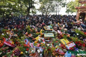 Hàng vạn người đổ về Phủ Tây Hồ ngày mùng 1 tháng Chạp